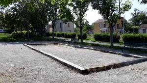 Terrain de pétanque derrière la Médiathèque